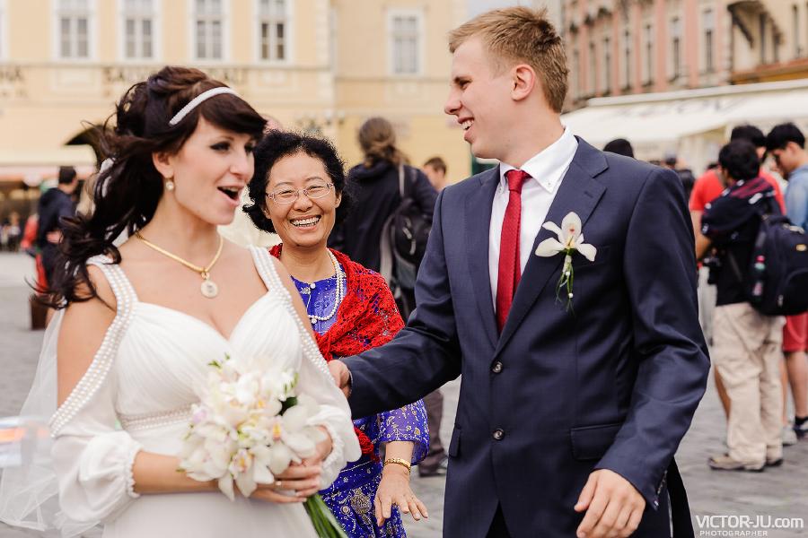 Молодожены и туристы в Праге