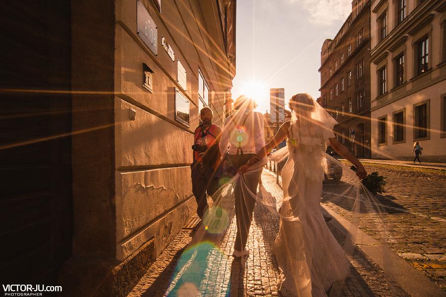 Вечерняя свадебная прогулка в Праге фото