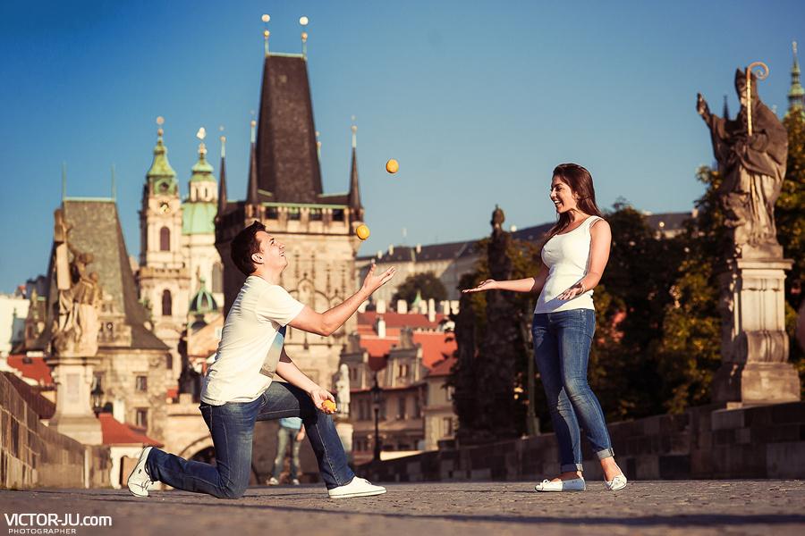 Влюбленные Анна и Антон на Карловом мосту в Праге