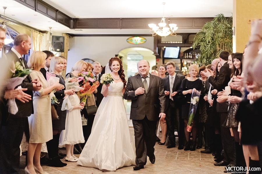 Отец ведет невесту к жениху