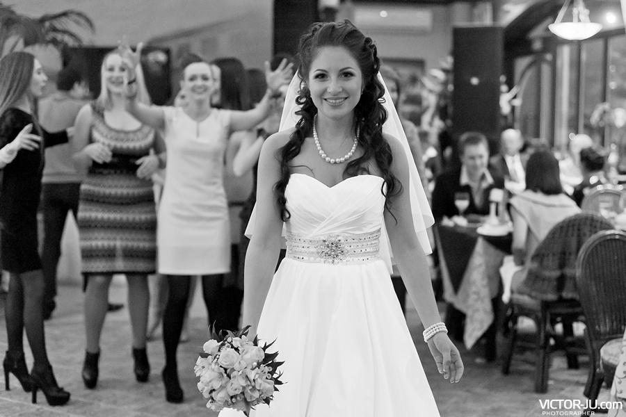 Бросание букета невесты на свадьбе