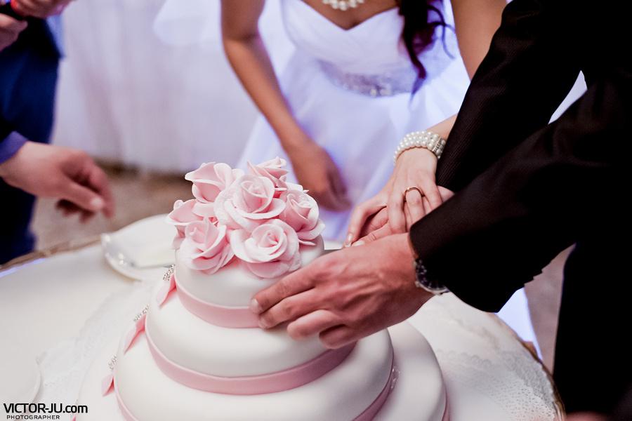 Разрезание торта на свадьбе в Минске