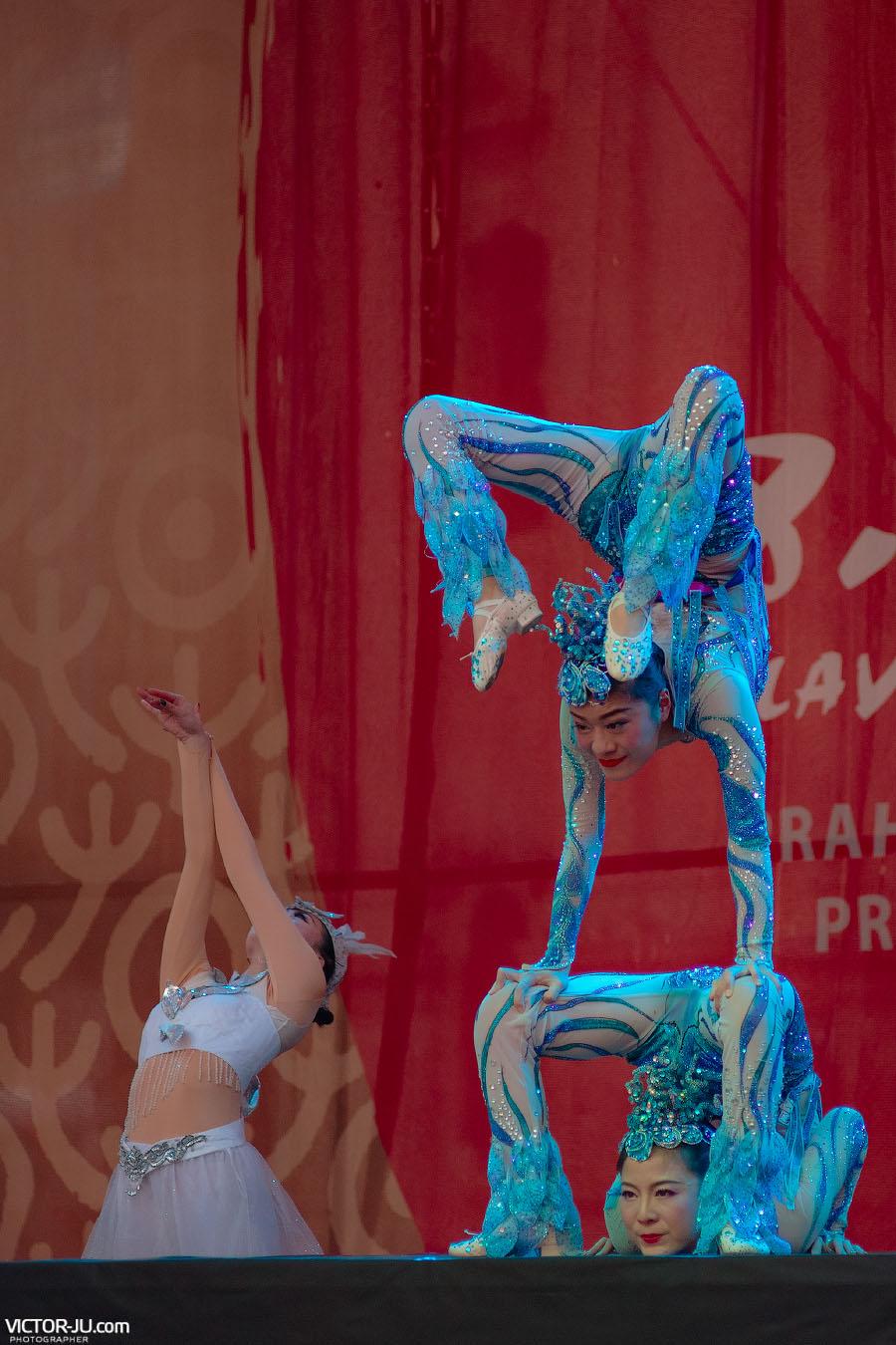 Акробаты в Праге фото