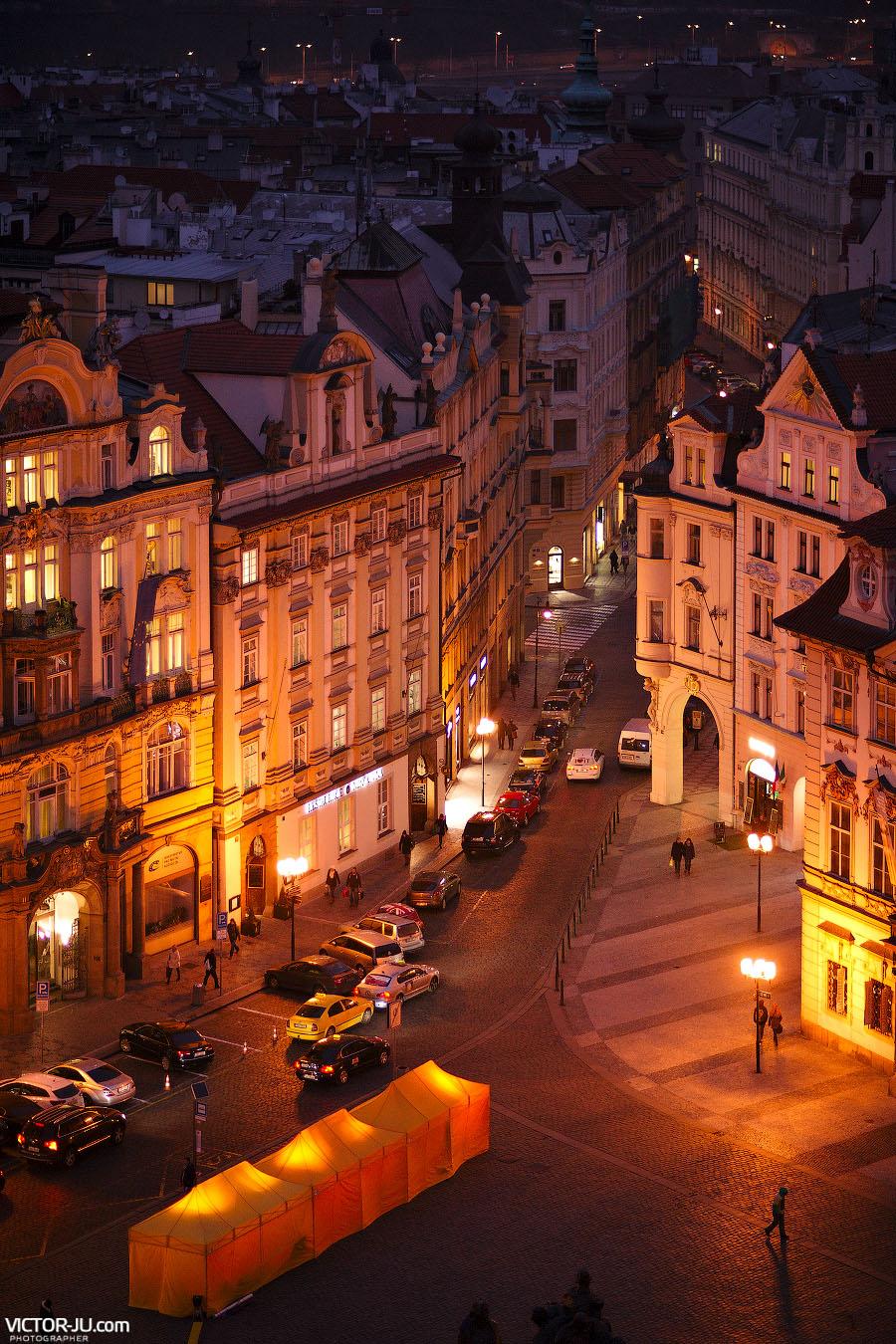Узкие улочки Праги зимой в феврале