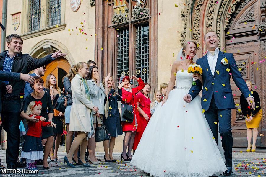 Лепестки роз на свадьбе