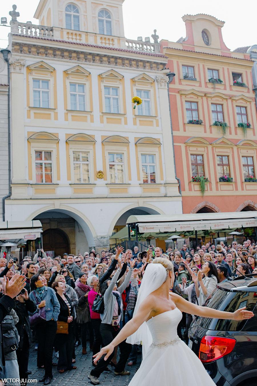 Невеста бросает букет в толпу туристов