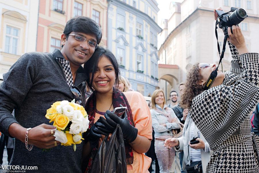 Девушка поймала букет невесты в Праге