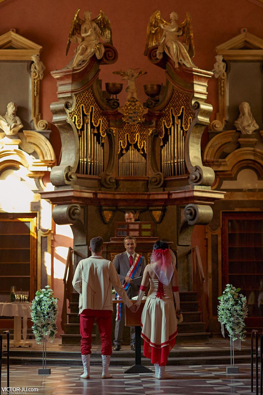Символическая свадьба за границей Клементинум Прага