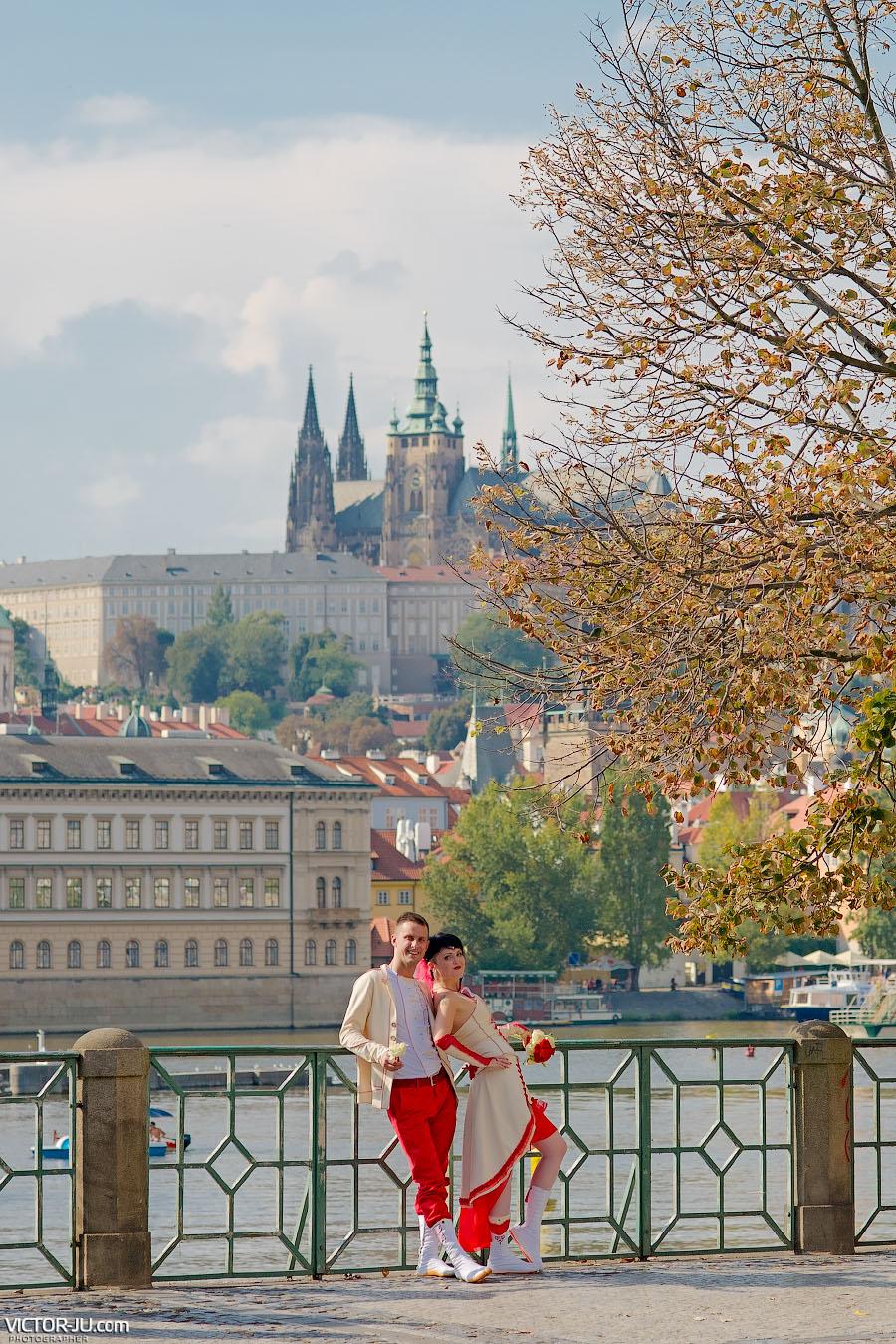 Фото на фоне Пражского града и реки Влтава в Праге