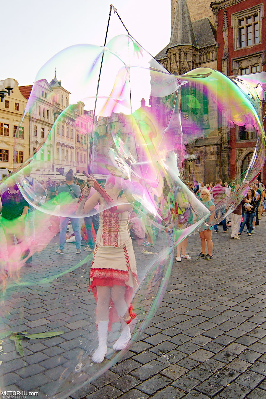 Огромные мыльные пузыри на Староместской площади