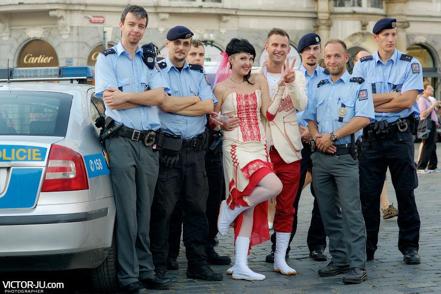 Фото с полицейскими в форме на память в Праге