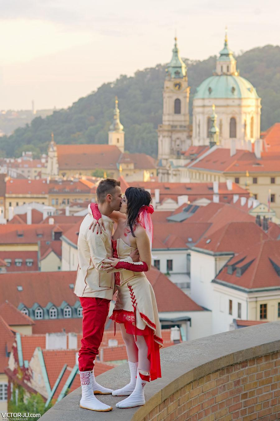 Свадебная фотография на фоне красных крыш Праги