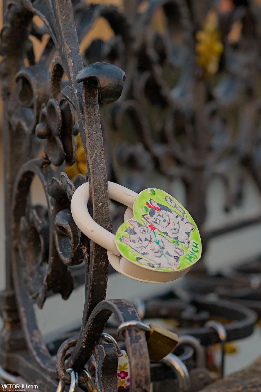 Повесить замок любви на Карловом мосту