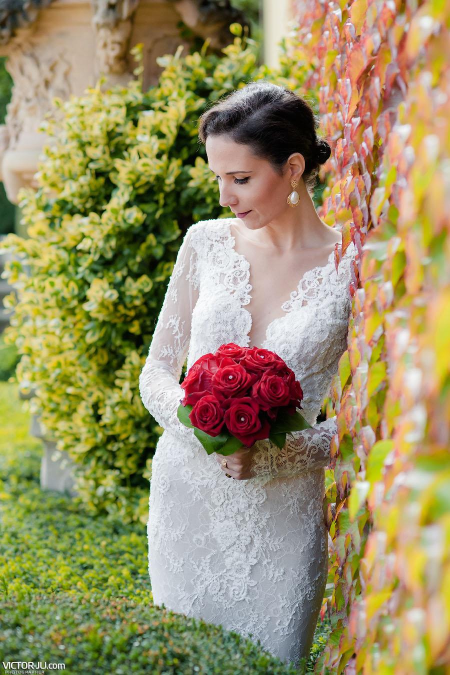 Нежный портрет невесты в осеннем саду Праги