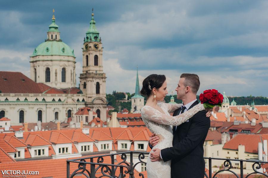 Свадебная фотография с красивым видом на Прагу