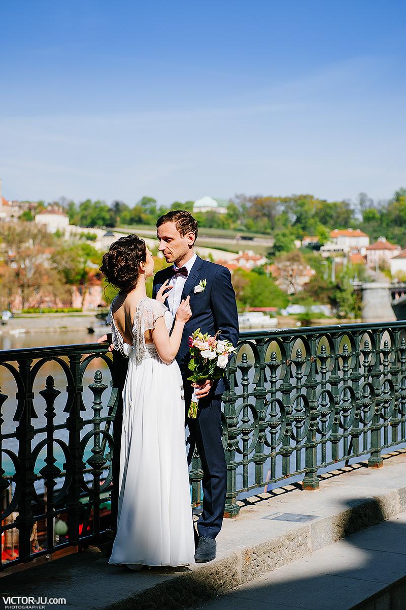 Прогулка в свадебных нарядах в Праге