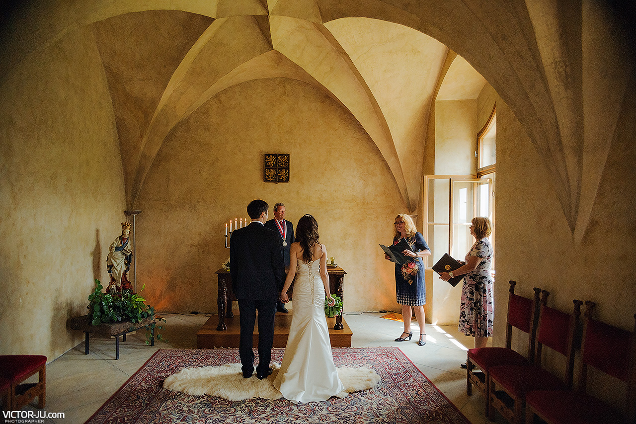 Wedding in czech republic Karlstejn castle