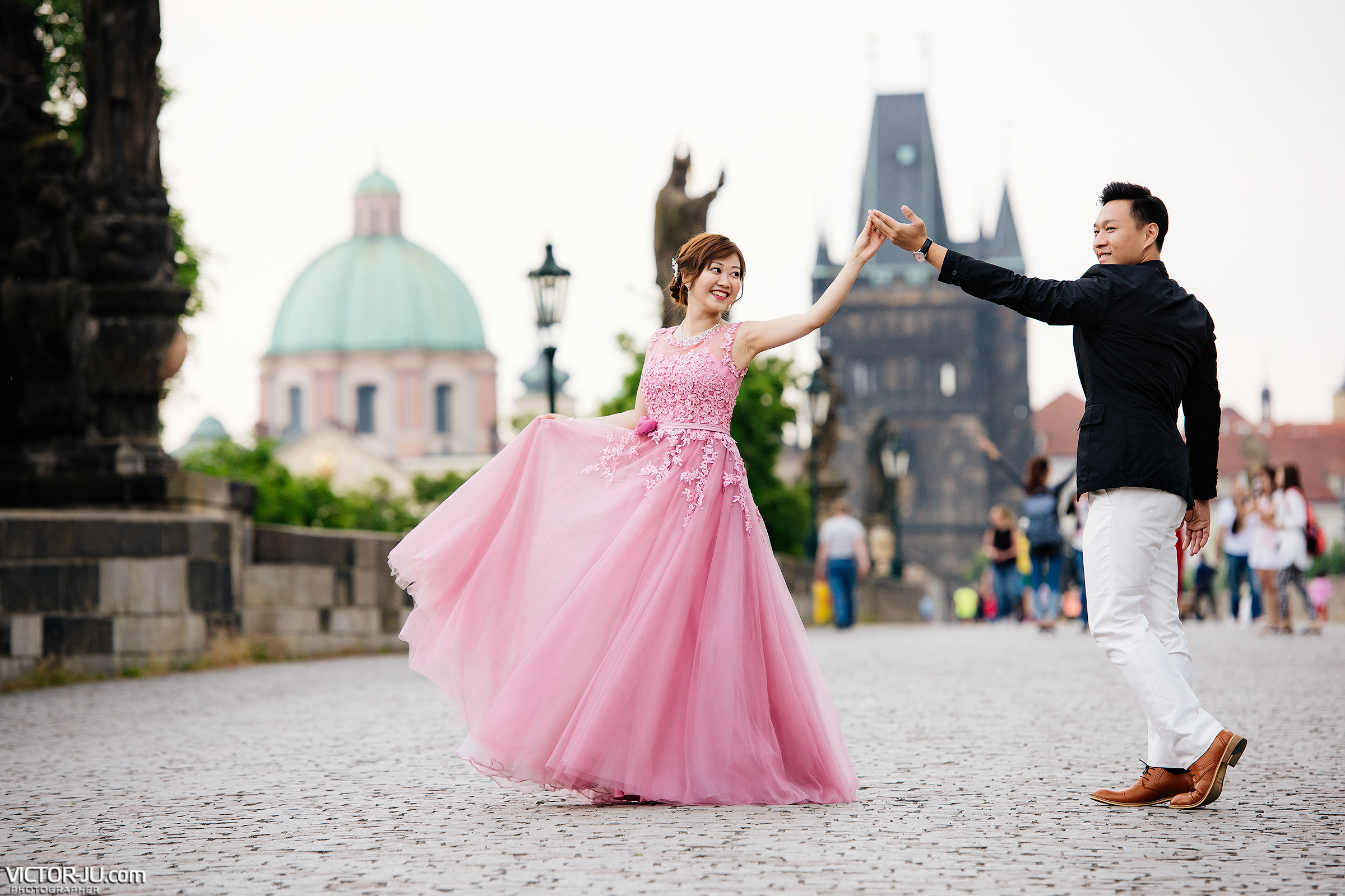 Pre-wedding photo shoot on the Charles Bridge