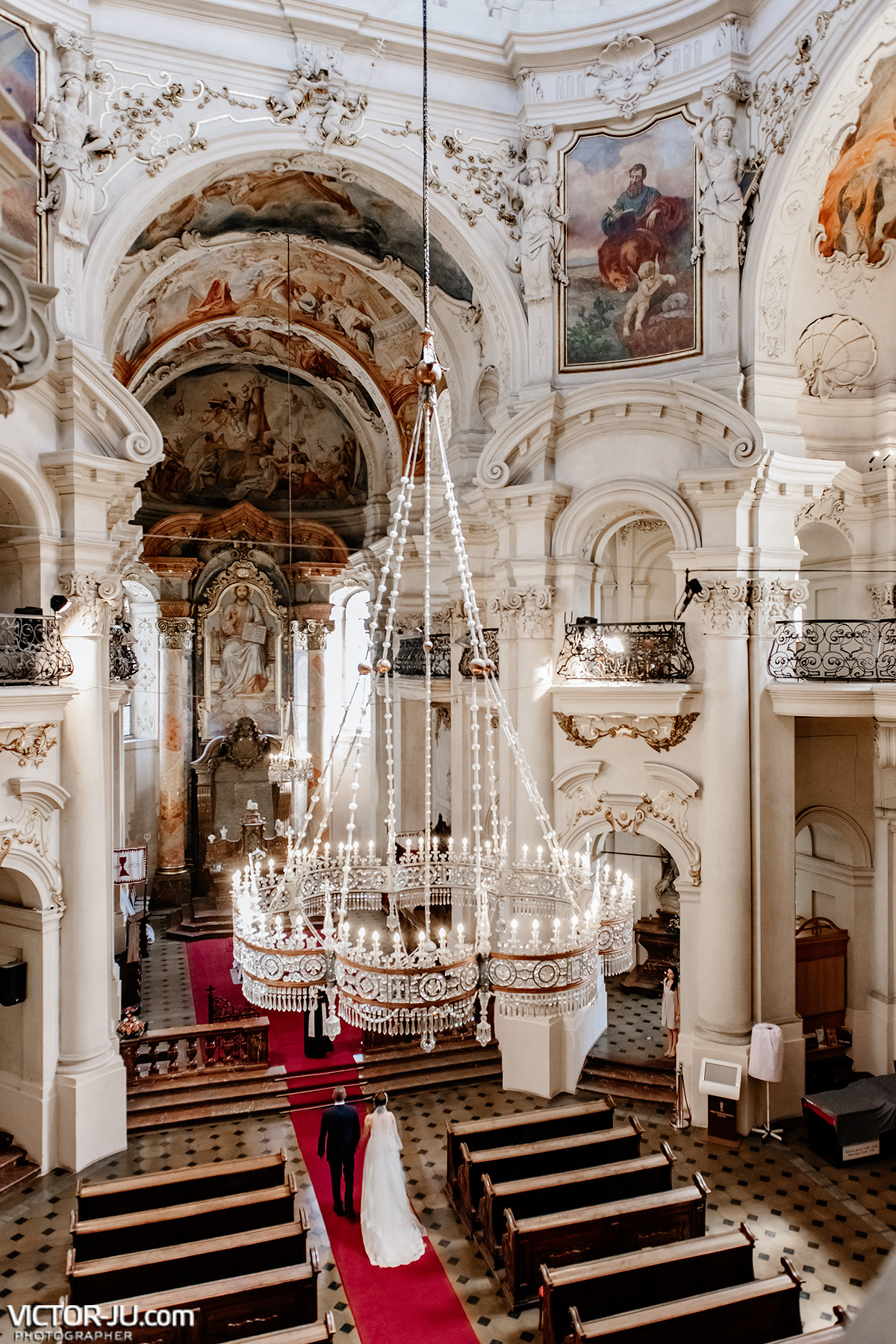 Wedding photographer in Prague Saint Nicolas Church